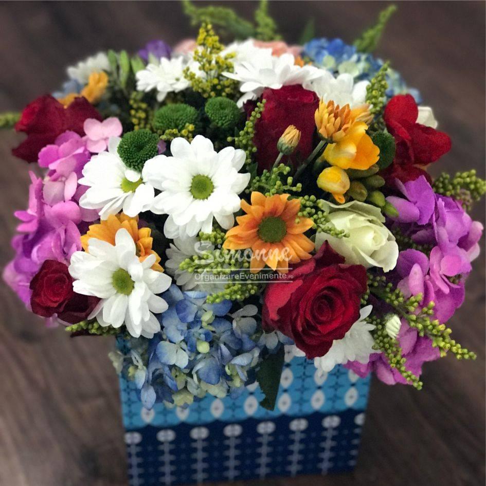 Aranjament Floral Multicolor In Cutie