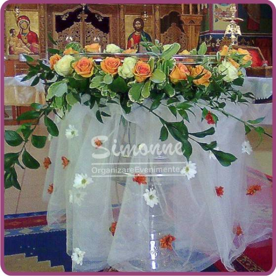 Decor cristelnita botez cu tull si flori naturale