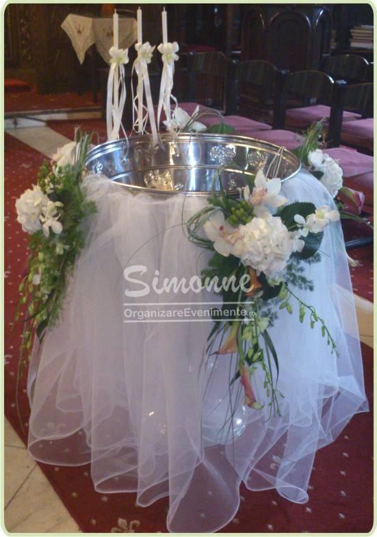 Aranjament cristelnita cu drapaje si flori speciale